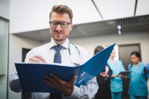 Arts die medisch rapport bekijkt