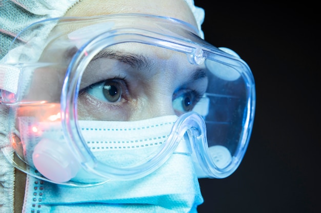 Arts die medische apparatuur draagt voor pandemische gevallen