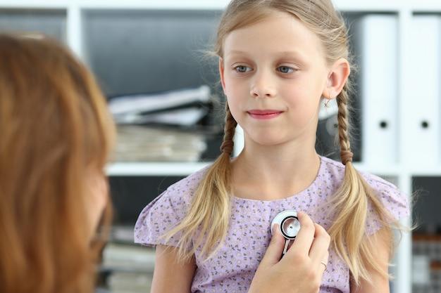 Arts die meisje na overleg in kliniek onderzoekt