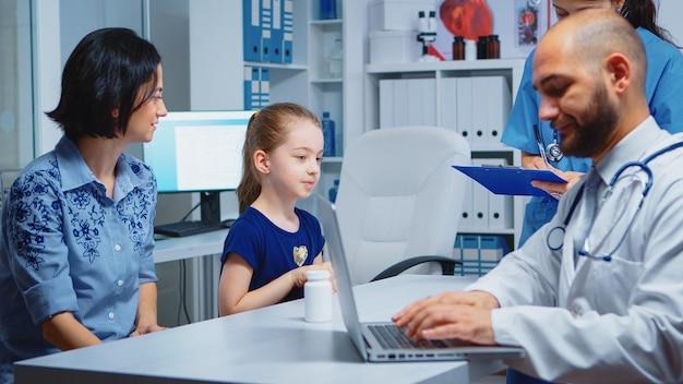 Arts die met patiënten spreekt en verpleegster vraagt om op klembord te schrijven. arts-specialist in de geneeskunde die gezondheidszorgdiensten verleent consultatie diagnostisch onderzoek behandeling in ziekenhuiskast