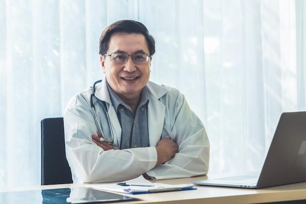 Arts die met patiëntgezondheidsgegevens werkt in het ziekenhuiskantoor.
