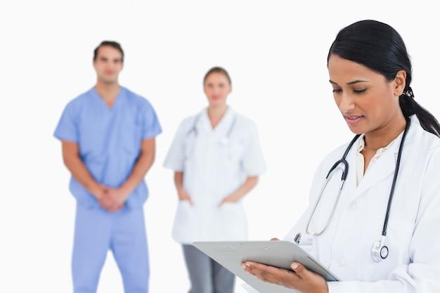 Arts die nota's met personeel achter haar neemt