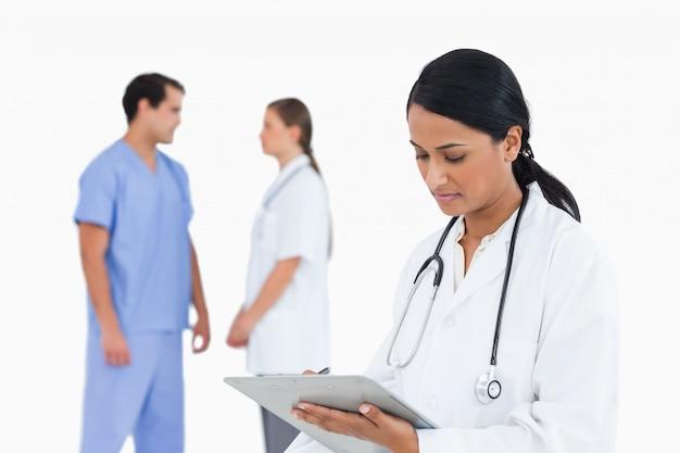 Arts die nota's met sprekende personeelsleden achter haar neemt