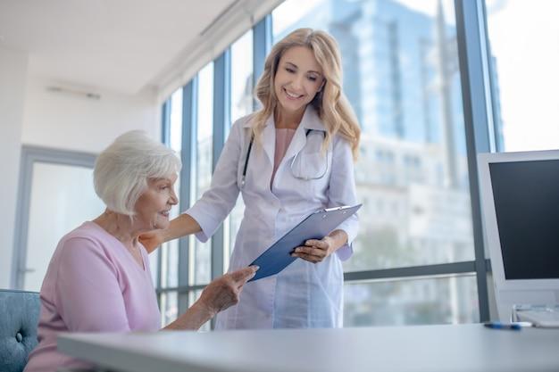Arts die onderzoeksresultaten toont aan de patiënt