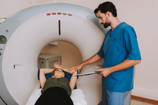 Arts die patiënt ct of mri in het ziekenhuis instrueert.