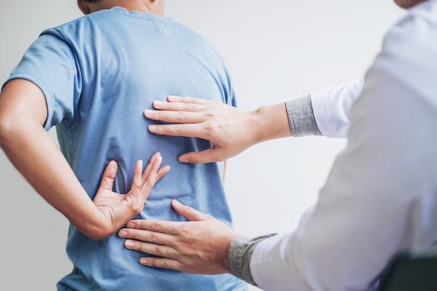 Arts die patiënt raadpleegt