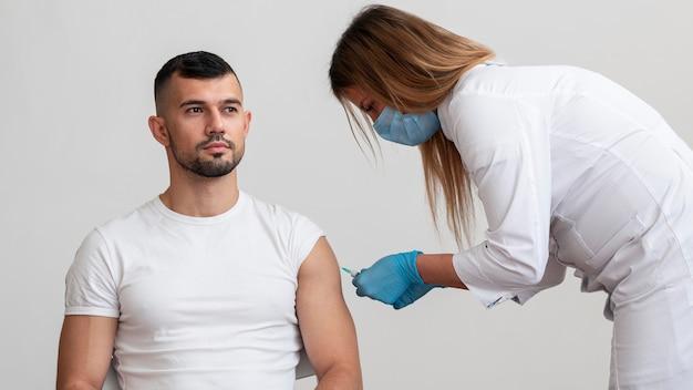Arts die patiënt vaccineert