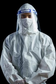 Arts die ppekostuum en gezichtsmasker en gezichtsschild in het ziekenhuis draagt, corona-virus, het concept van de het virusuitbraak van covid-19.