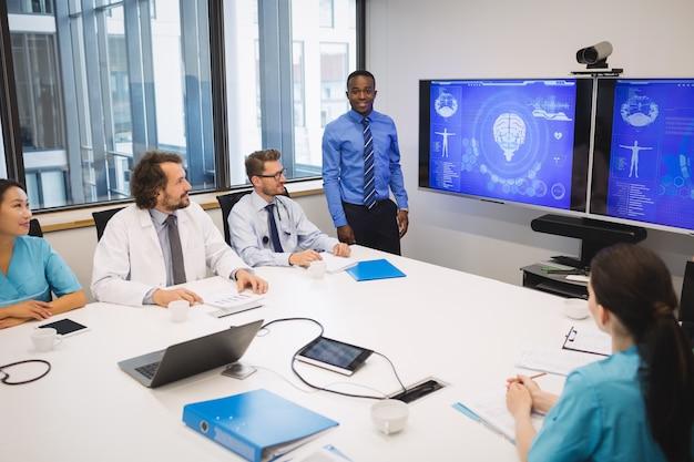 Arts die presentatie geeft aan team van interim-artsen