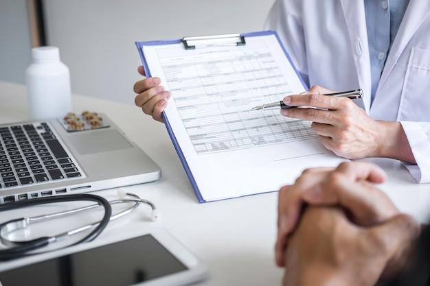 Arts die rapport van diagnosesymptoom van ziekte voorstelt en methode met geduldige behandeling adviseert