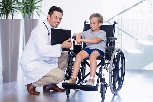 Arts die rapporten toont om jongen in gang uit te schakelen