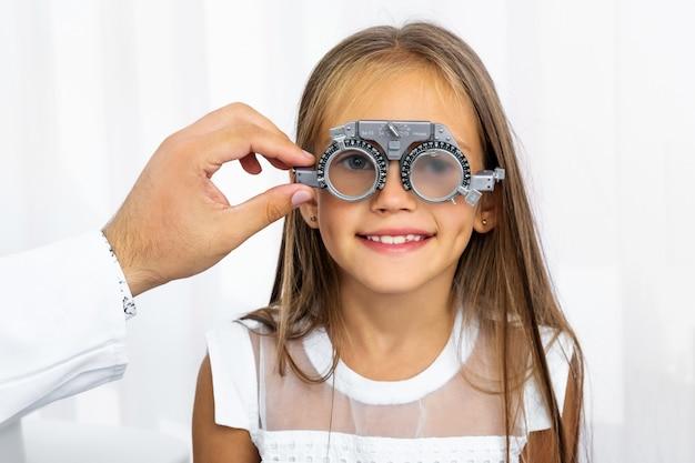 Arts die speciale oogapparatuur houdt
