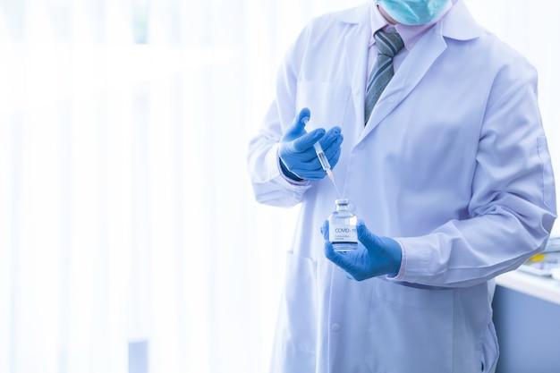 Arts die spuit gebruikt om vaccin te injecteren