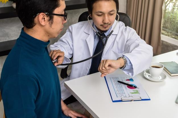 Arts die stethoscoop gebruikt voor het controleren van harttarief en het raadplegen van patiënt