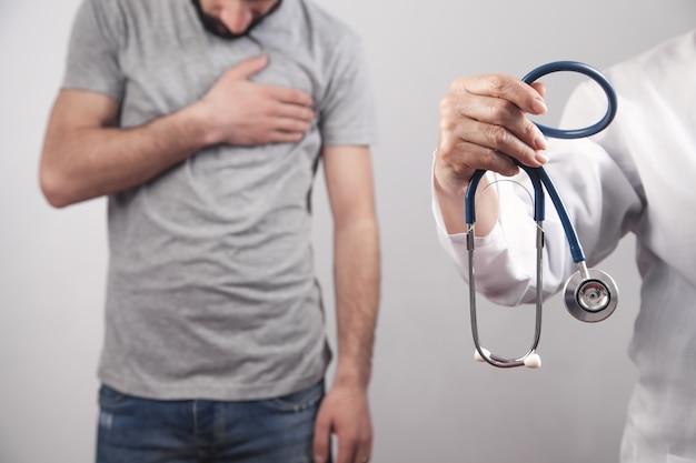 Arts die stethoscoop toont. patiënt die lijdt aan hartzeer