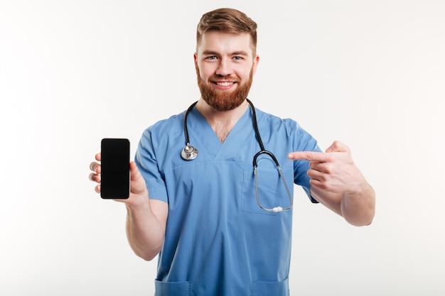 Arts die telefoon en het glimlachen toont.