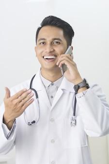 Arts die telefoongesprek hebben op zijn medisch kantoor