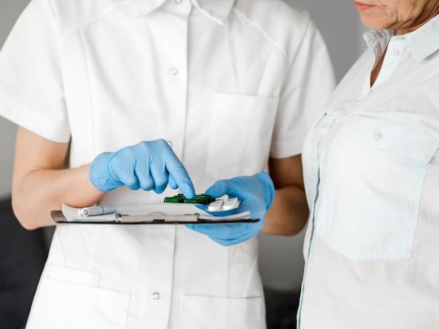 Arts die uitlegt hoe pillen te nemen