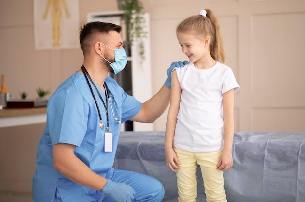 Arts die voor de patiënt zorgt na vaccinatie