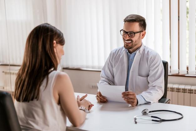 Arts die voorschrift verklaart aan patiënt, gezondheidszorgconcept