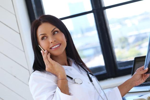 Arts die witte mantel en stethoscoop draagt