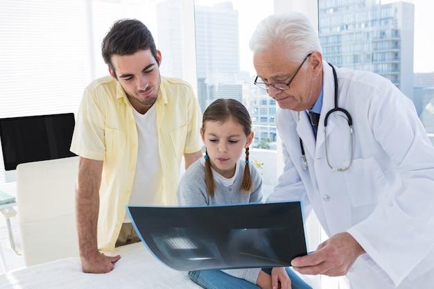 Arts die x-ray rapport bespreken met vader en dochter