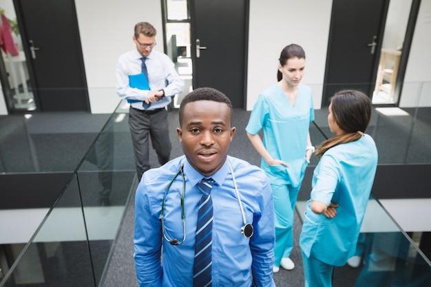 Arts die zich in het ziekenhuisgang bevindt