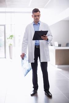Arts die zich met klembord in gang bevindt