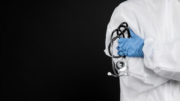 Arts die zich met zijn wapens bevindt die met exemplaarruimte worden gekruist