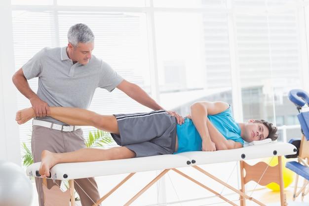 Arts die zijn geduldig been onderzoekt