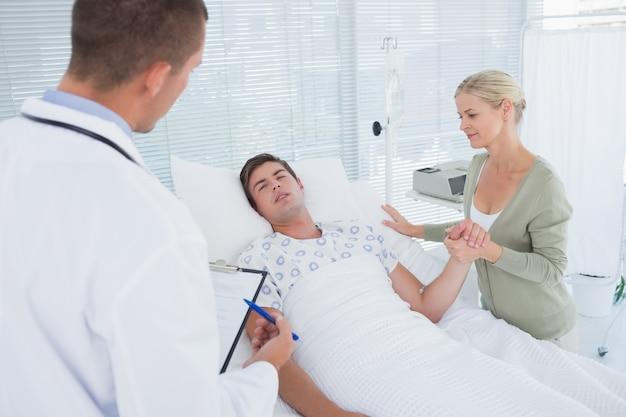 Arts die zijn patiënt controleert