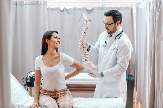 Arts die zijn patiënt helpt.