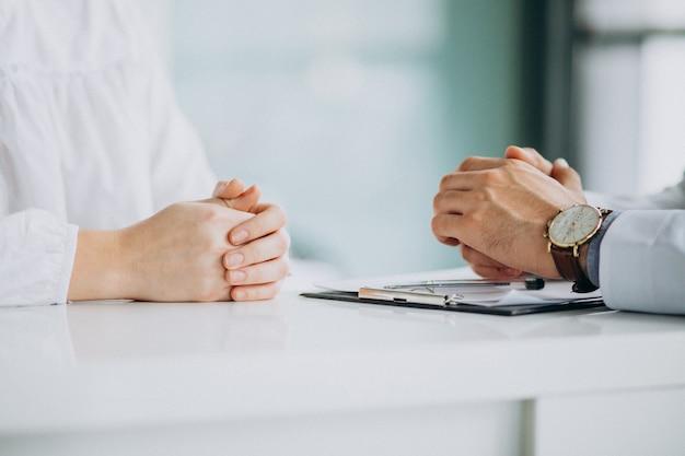 Arts die zijn patiënt raadpleegt bij kliniek