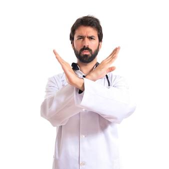 Arts doet geen gebaar over witte achtergrond
