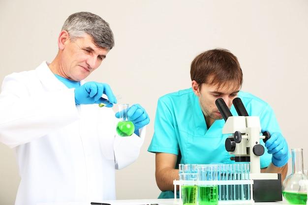 Arts en beoordelaar tijdens onderzoek in een kamer