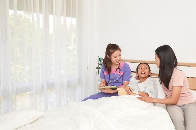 Arts en kind met moeder in het ziekenhuis