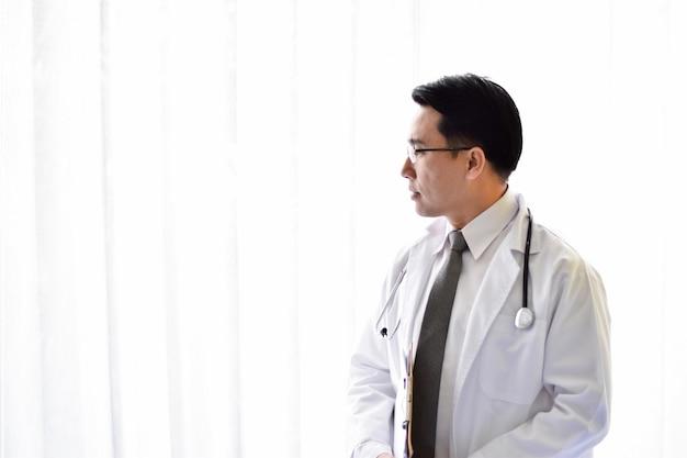Arts en kleine man op kantoor