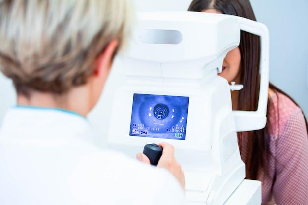 Arts en patiënt in oogheelkunde kliniek