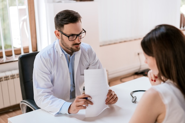 Arts en patiënt praten over de behandeling