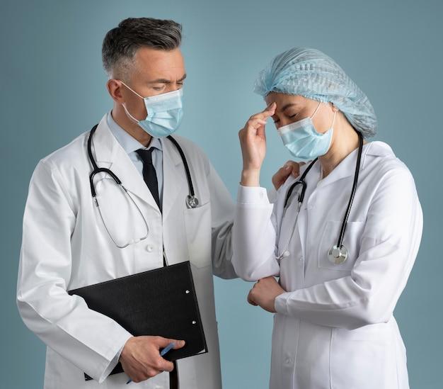 Arts en verpleegkundige in speciale apparatuur