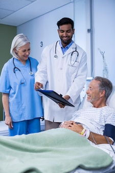 Arts en verpleegster die een patiënt onderzoeken