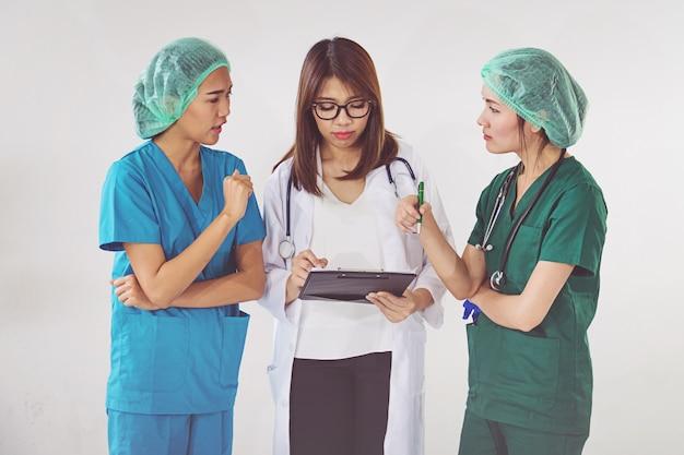 Arts en verpleegster die geduldige informatie controleren