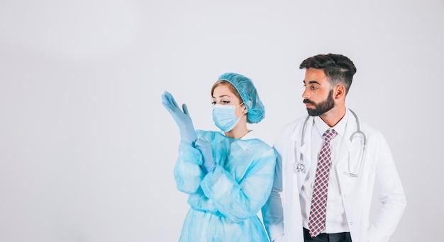 Arts en verpleegster poseren voor de operatie