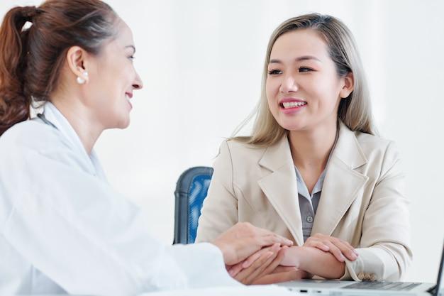 Arts feliciteert de patiënt met herstel