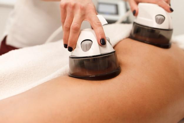 Arts gebruikt een apparaat voor endomassage