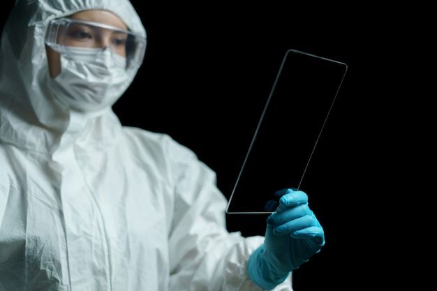 Arts hand houden transparante tablet-display leeg in scherm weergegeven.