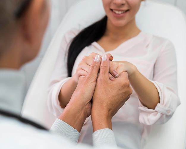 Arts hand in hand met patiënt