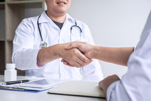 Arts hand schudden met een patiënt na het aanbevelen van ziekte behandeling