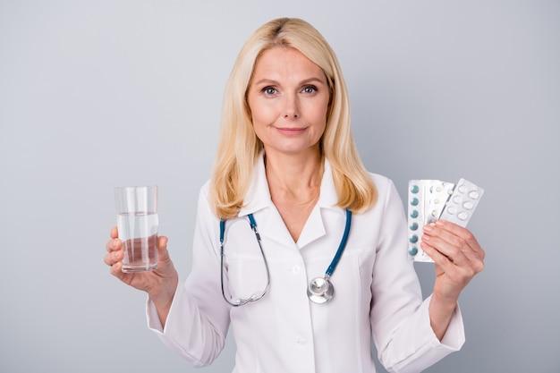Arts houdt pillen en glas water