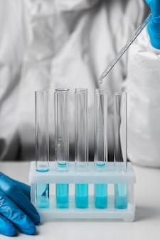 Arts in beschermend pak testen in het laboratorium